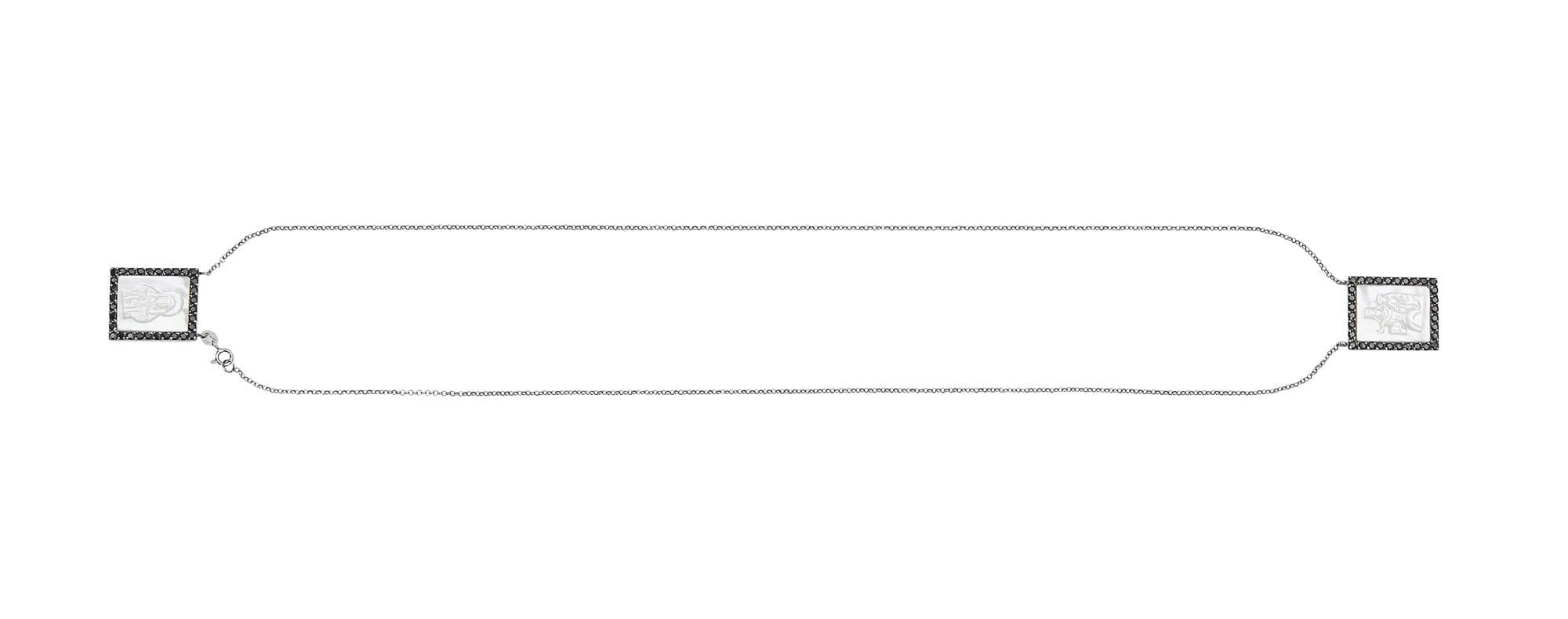 Escapulário em ouro negro com madrepérola e espinélios.