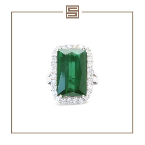 Anel em ouro branco com turmalina verde e diamantes.